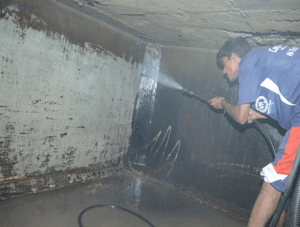 Thau rửa bể nước tại Quan Nhân