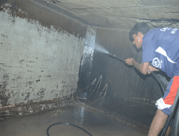 Thau rửa bể nước tại Trần Bình