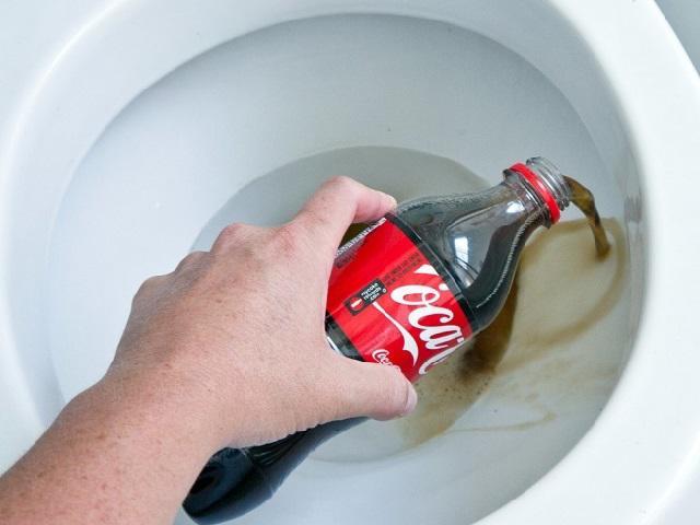 Sử dụng coca cola để thông tắc bồn cầu
