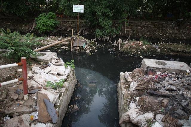 Hình ảnh cống không lưu thông do rác thải